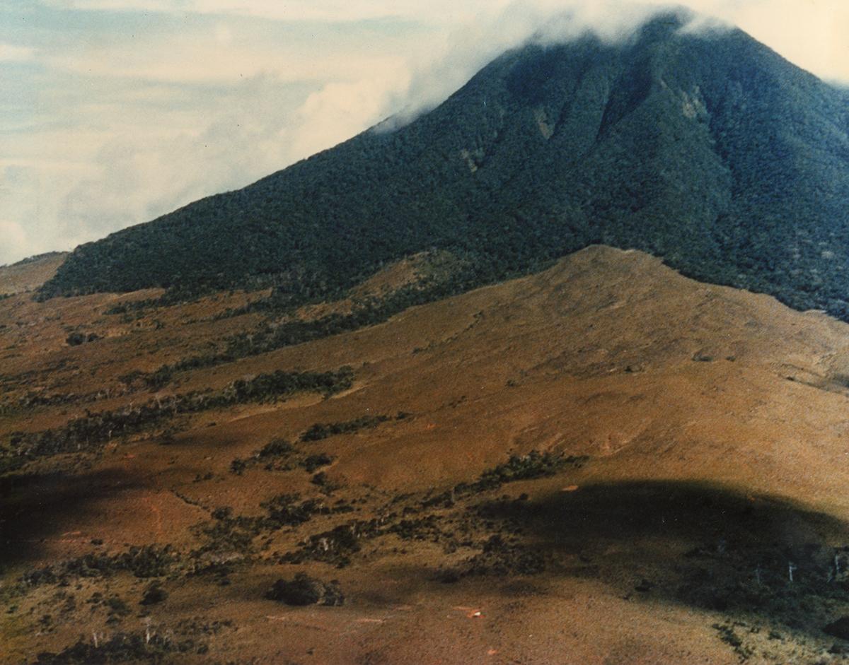 085-La-guitarra-y-volcan-orosi-1988