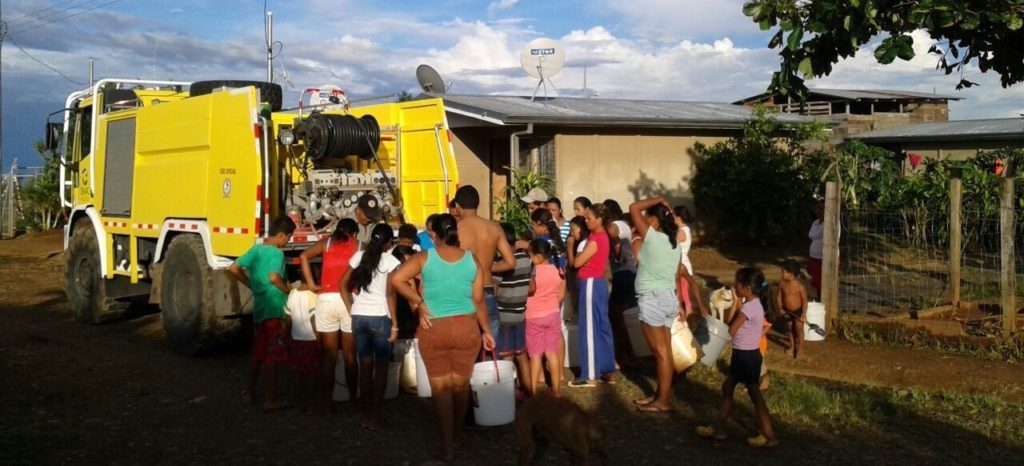 ACG bomberos distributing food and water